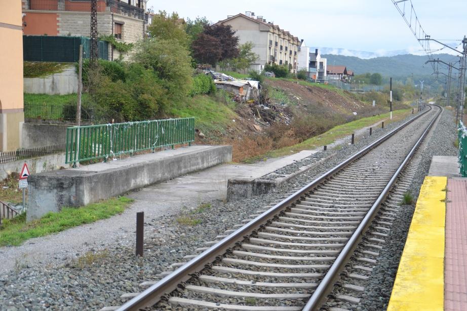 Puente y apeadero de Altsasu. En funcionamiento. Previsto el desdoblamiento de la via, a la izquierda de la imagen.