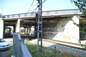 Puente en el barrio de Etxabakoitz de Pamplona-Iruñea. Previsto desdoblamiento de la vía a la izquierda.