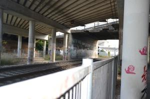 Puente en el barrio de Etxabakoitz de Pamplona-Iruñea. Previsto desdoblamiento de la vía a la derecha.