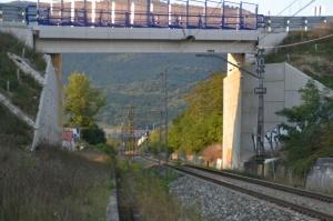 Puente recién construido en la desviación de la carretera de Izurdiaga, Arakil. Previsto desdoblamiento de la vía a la izquierda.