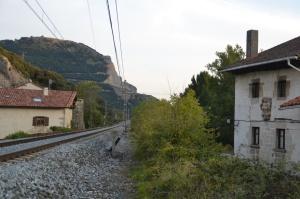 A su paso por el pueblo de Izurdiaga, Arakil. Paso estrecho entre casas.