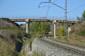 Puente a la entrada de Pueyo. Previsto desdoblamiento de la vía a la izquierda.
