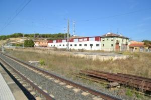 Estación de Tafalla. En funcionamiento. Mucho espacio libre, a la derecha.