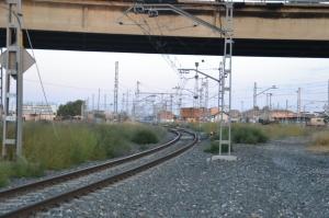 Vista del amplísimo puente sobre el ferrocarril, con la estación de Castejón al fondo.